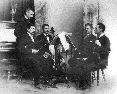 Stenhammar (standing) together with the Aulin Quartet.